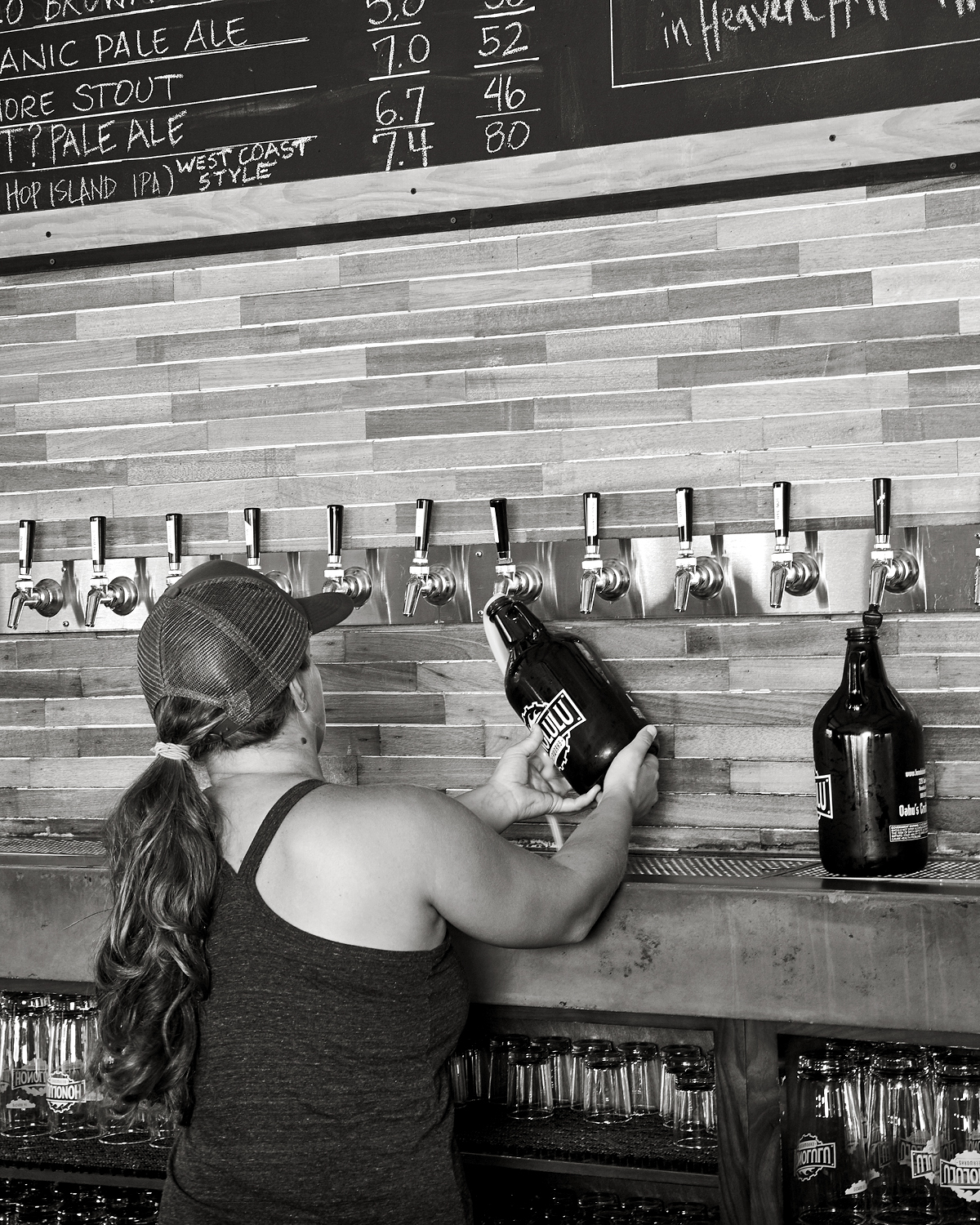 POURING A SCREW-TOP-GROWLER AT HONOLULU BEERWORKS