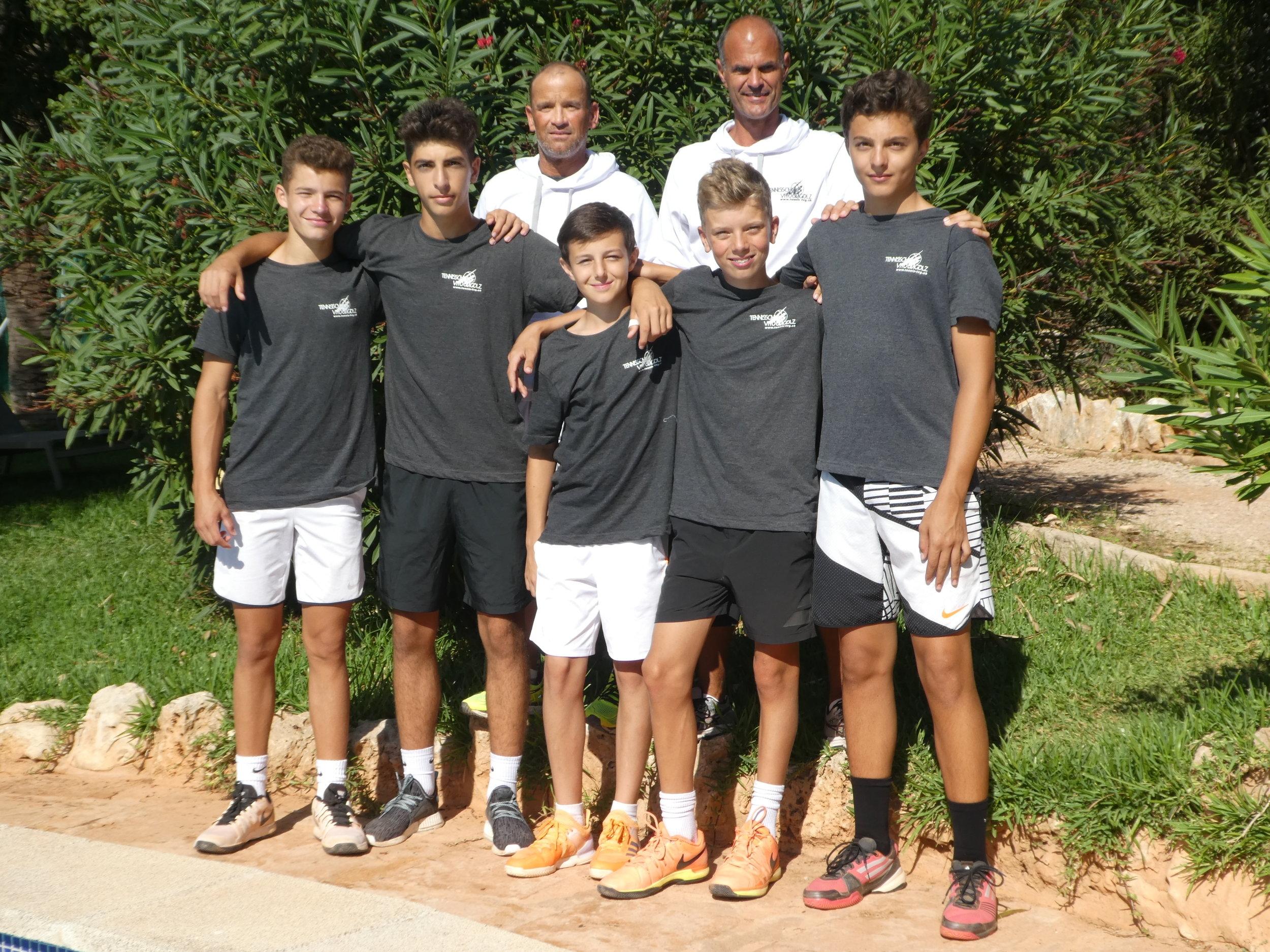 BLTC U15 (vlnr): Georg Stettler, Onur Isik, Mika Perrin, Noël Zellweger, Sacha Gugolz; hinten die Trainer: Andy Kunz, Vito Gugolz