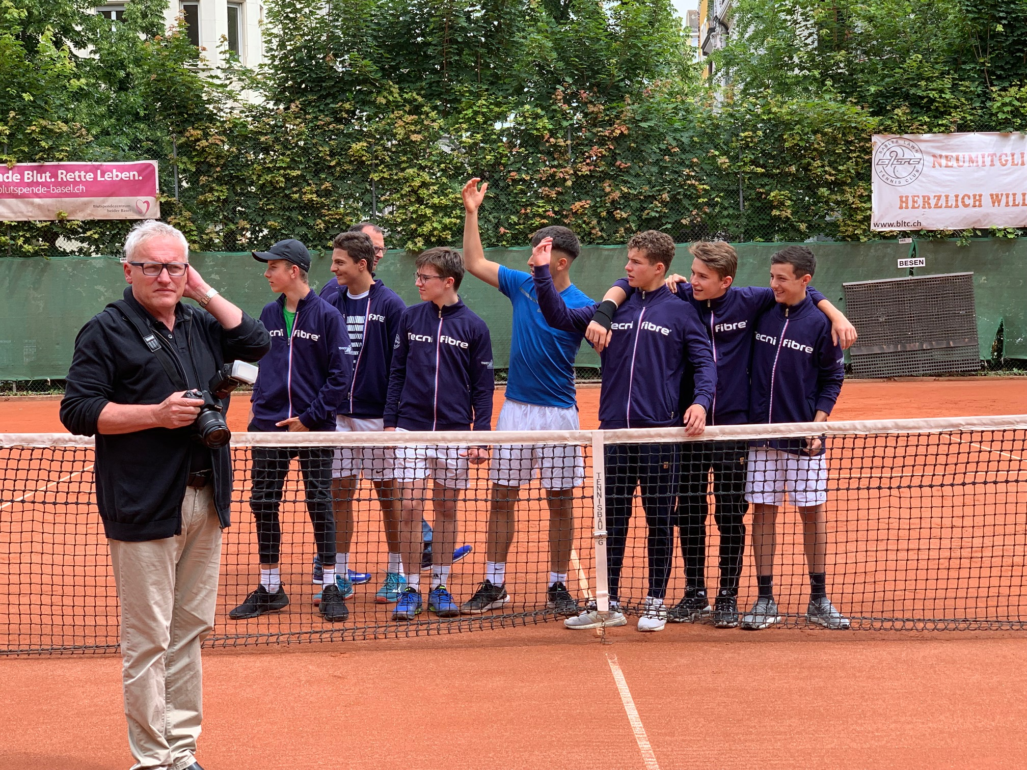 Captain und Trainer sollen aufs Bild von Gundeldinger-Zeitung-Boss Thomas Weber kommen: BLTC-Junioren winken Ivo und Vito Gugolz zu sich.
