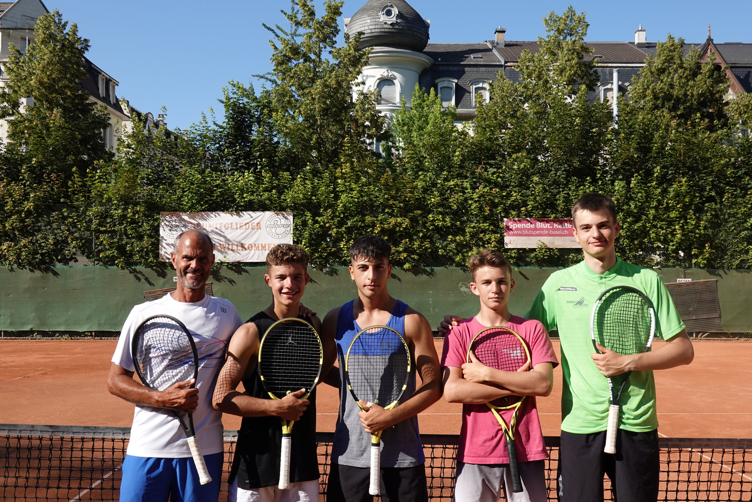 Bereit für die Junioren-SM (vlnr): Coach Vito Gugolz, Georg Stettler (R1/U16), Onur Isik (R2/U18), Emil Handschin (R4/U14) und Mark Mitchell (R2/U16). – Lara Velickovic (R3/U14) fehlt verletzungshalber