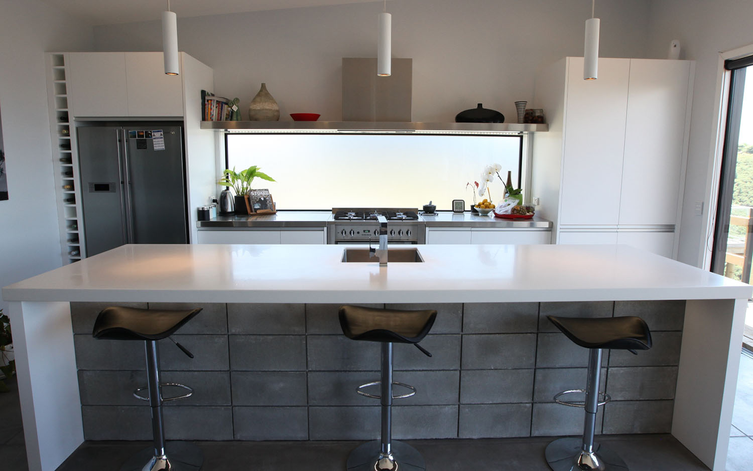 Lacquered kitchen with stainless and acrylic benchtops