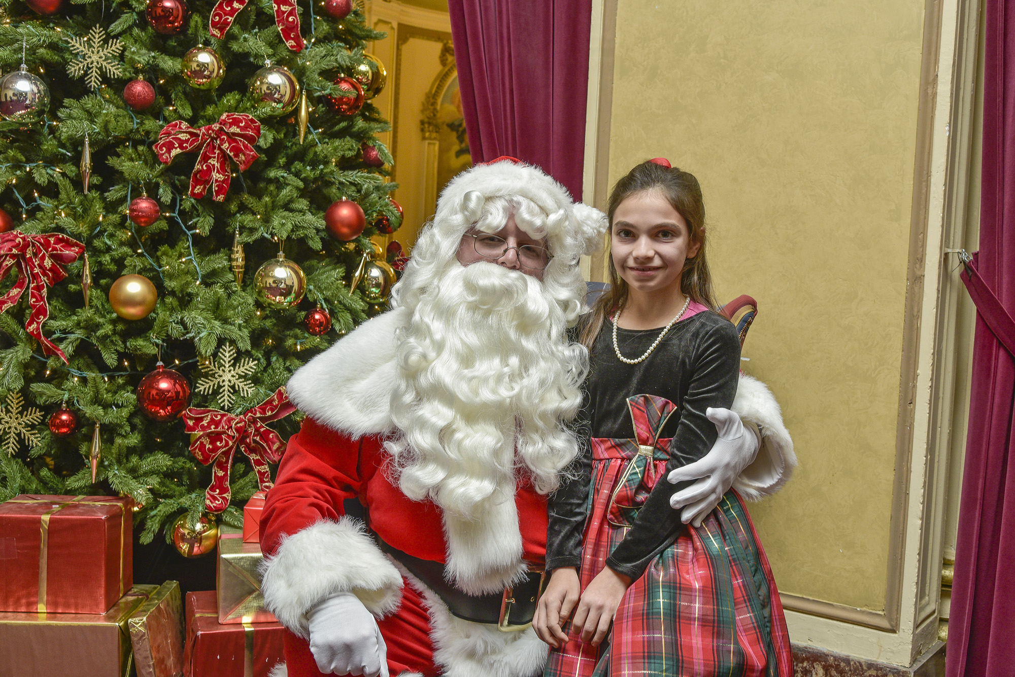All children are invited to have their photo taken with Santa Claus for FREE.