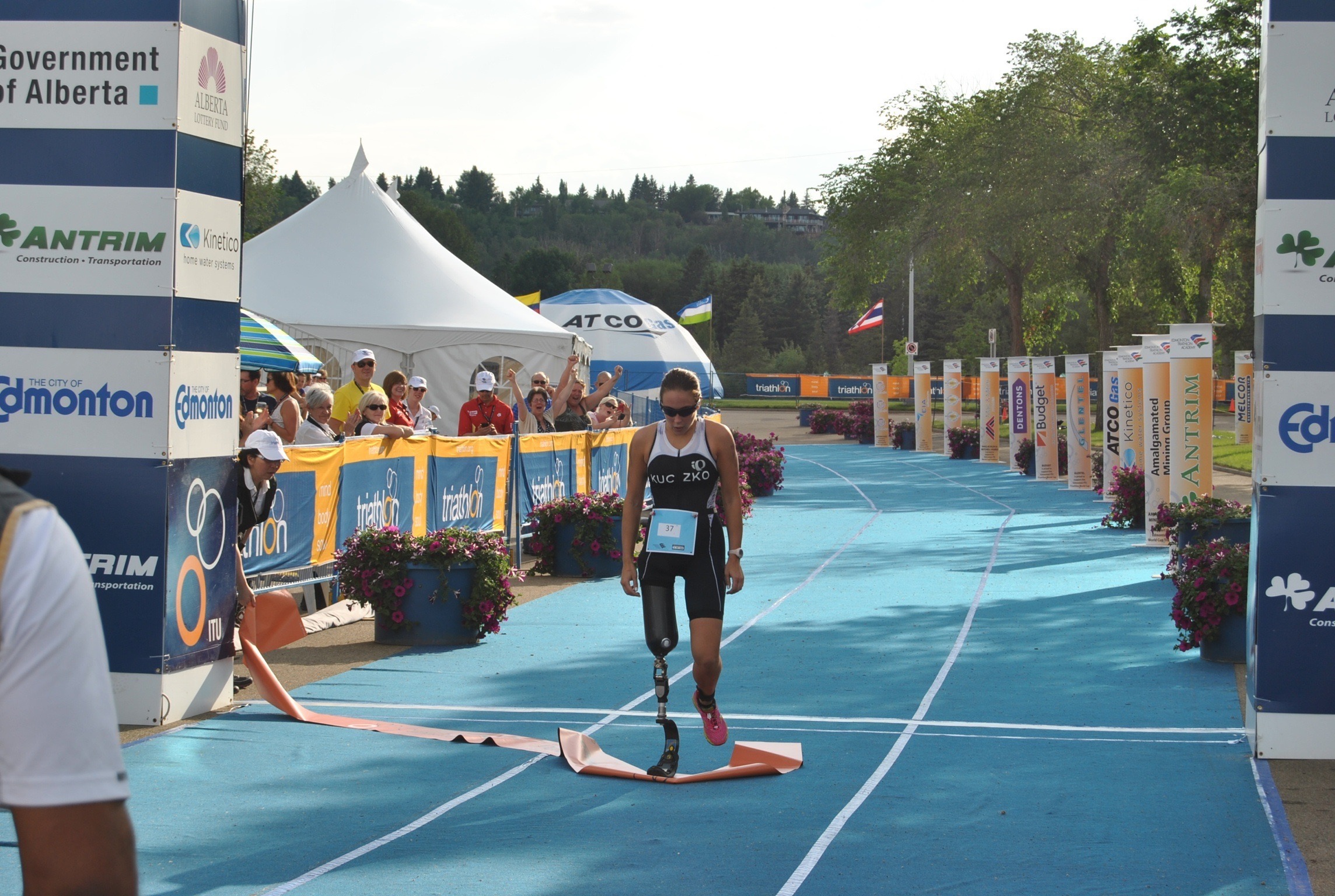triathlon runner with transfemoral prosthesis
