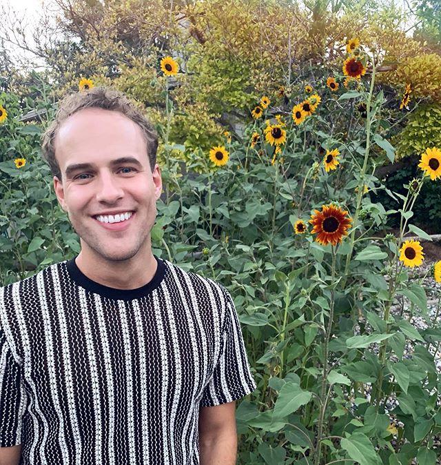 Sundays. Smiles. Sunflowers. ☀️😁🌻 #alliteration