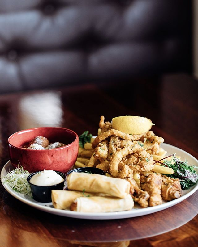 Our favourites plate is sure to become your favourite item on the menu 🤤With salt & pepper squid, halloumi, buffalo wings & MORE we just can't get enough! #royalhotelcarlton #sydneypubs #pubfood #sydneyeats #sydneyfood #chickenwings