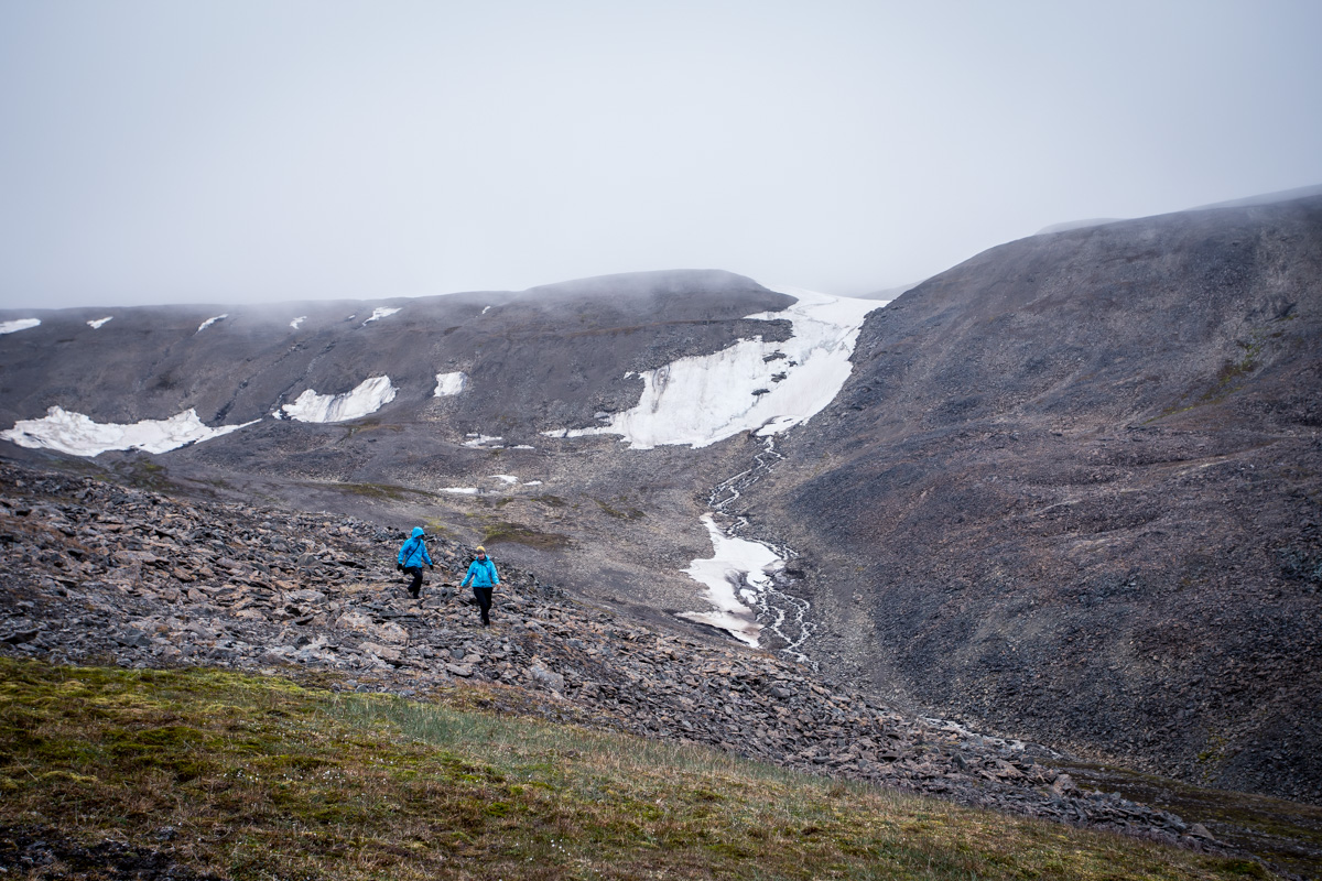 Hiking down Grumantdalen to Grumantbyen.