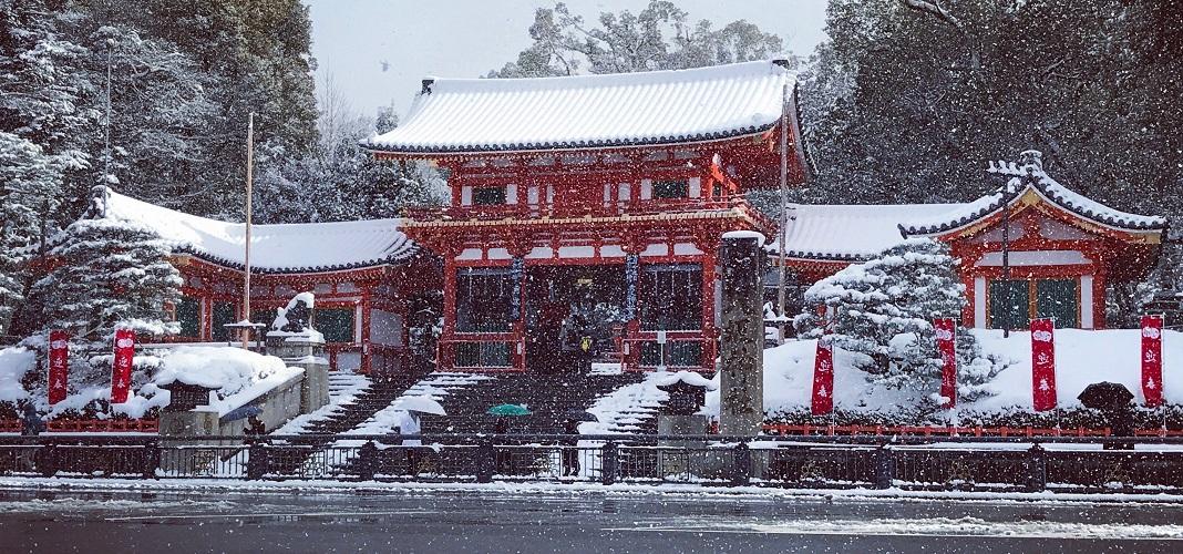 yasaka shinto shrine snow
