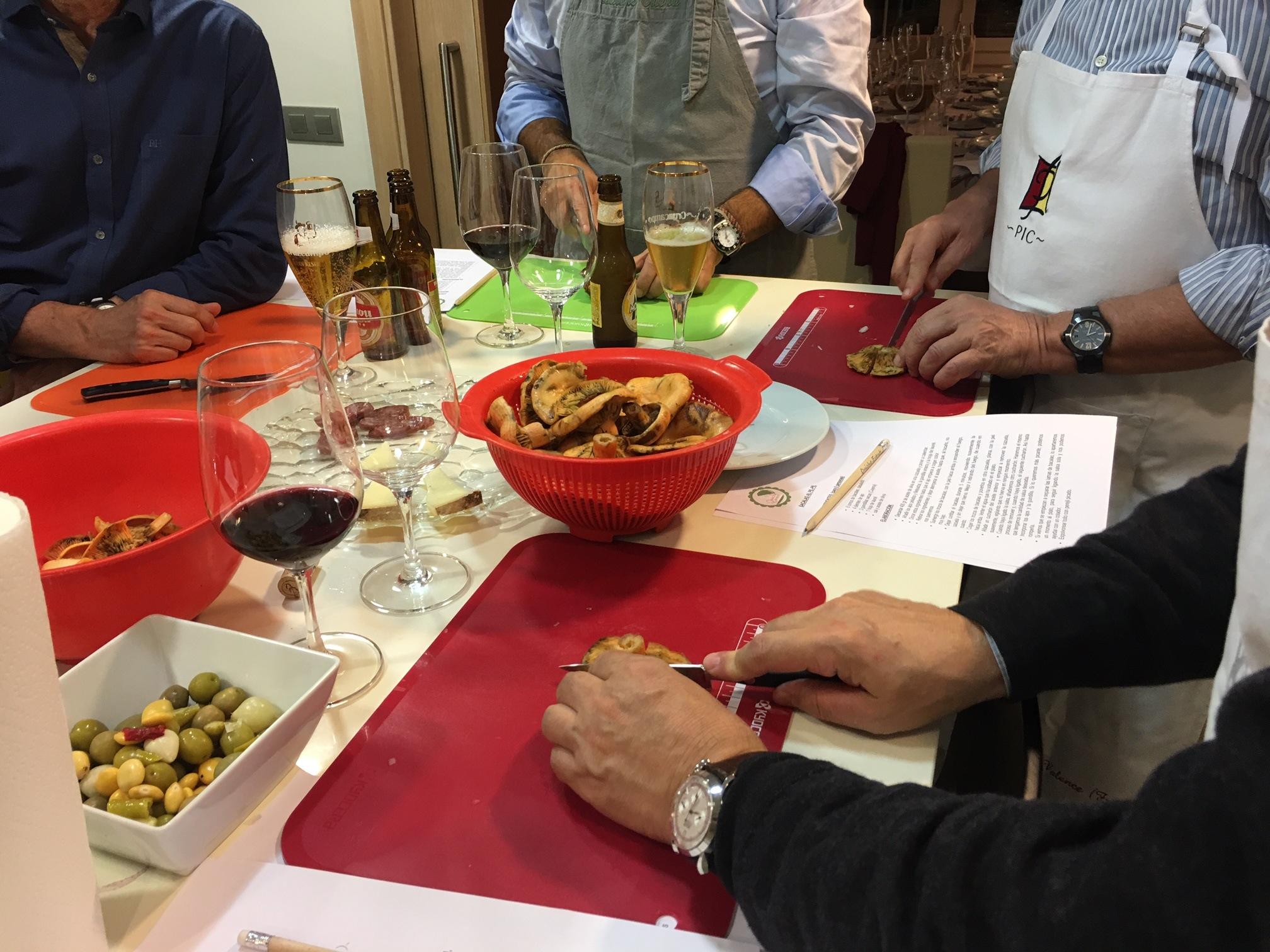 En la foto: Para celebrar el cumpleaños de Angel, realizamos un showcooking en su casa en el que todos los hombres aprendieron a cocinar la cena. Las mujeres llegaron a mesa puesta. Planazo!!!