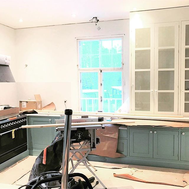 One more happy costumer coming up, hand painted kitchen being installed 👍#handpainted #handmade #jalokaluste #puutyö #keittiö #kitchen #furniture #woodwork #finnishdesign