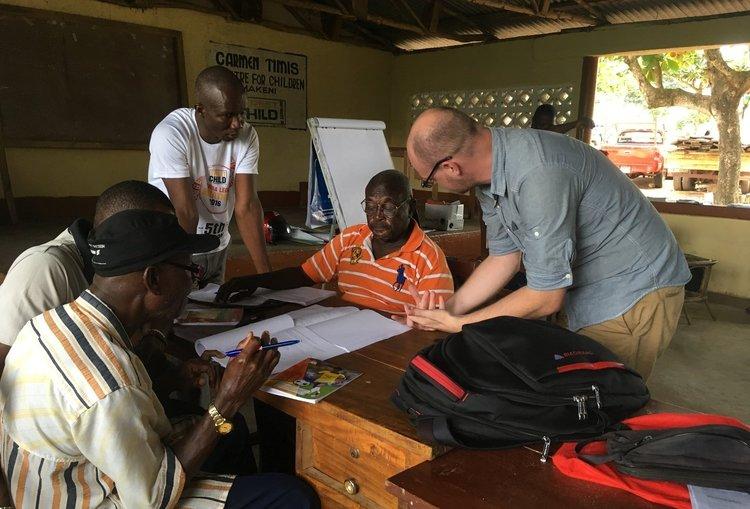 """David hat an unserem Lehrer Trainingsprogramm teilgenommen, um bei der Verbesserung der Bildung zu helfen. Er hat seine Erfahrung folgendermaßen zusammengefasst: """"Man erntet, was man säht."""" Während seiner 17-tägigen Erfahrung in Kambia, Kamakwie und Makeni war er in der Lage die Schwierigkeiten der lokalen Lehrer zu erfahren: sehr einfache Strukturen, kein fließendes Wasser und sehr wenige Ressourcen. Was ihn jedoch am meisten beeindruckte war die Enschlossenheit der Lehrer."""