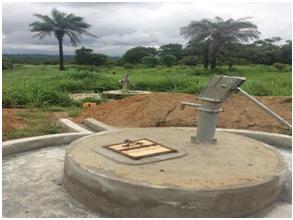 """Dies ist einer der neuen Brunnen. Dies sind fantastische Neuigkeiten, da die Kinder nun Zugriff auf Wasser von zwei Wasserquellen haben, während sie in der Schule sind. Abdul Karim Lyne, ein Lehrer der Schule, sagt: """"Die Brunnen sind super für die Kinder, da sie sich dadurch in der Schule besser fühlen werden""""."""