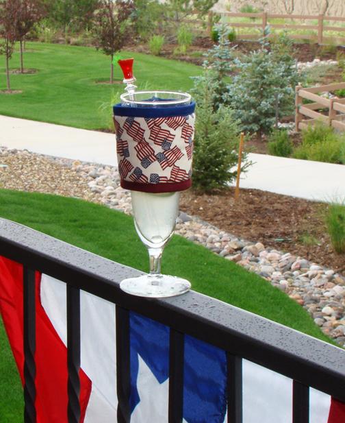 Thinsulate insulated Independents Kup Kollar around wine glass.
