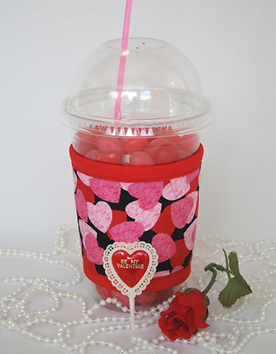 Thinsulate insulated Hearts Kup Kollar on 16 ounce cold take-out cup.