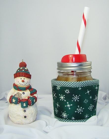 Thinsulate insulated Snowflakes Kream Kollar on a pint Mason jar (no handle) with a red Mason Jar Sip & Straw Lid.