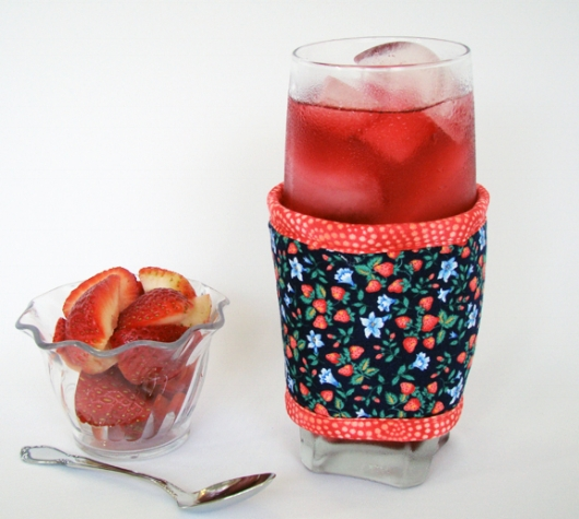 Thinsulate insulated Strawberries Kup Kollar on 16 ounce glass.