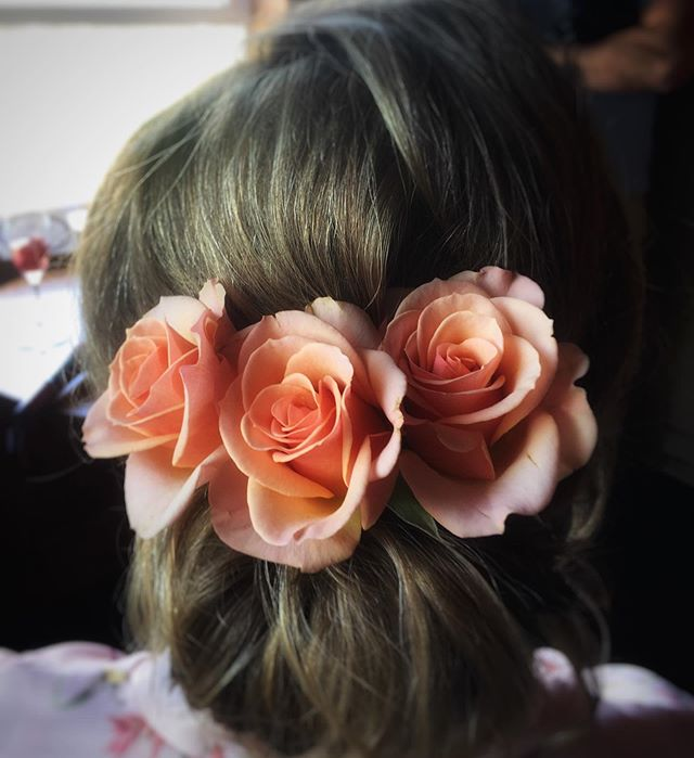 This weekend's bride wore flowers in her hair to match the romantic beach vibes 🌸