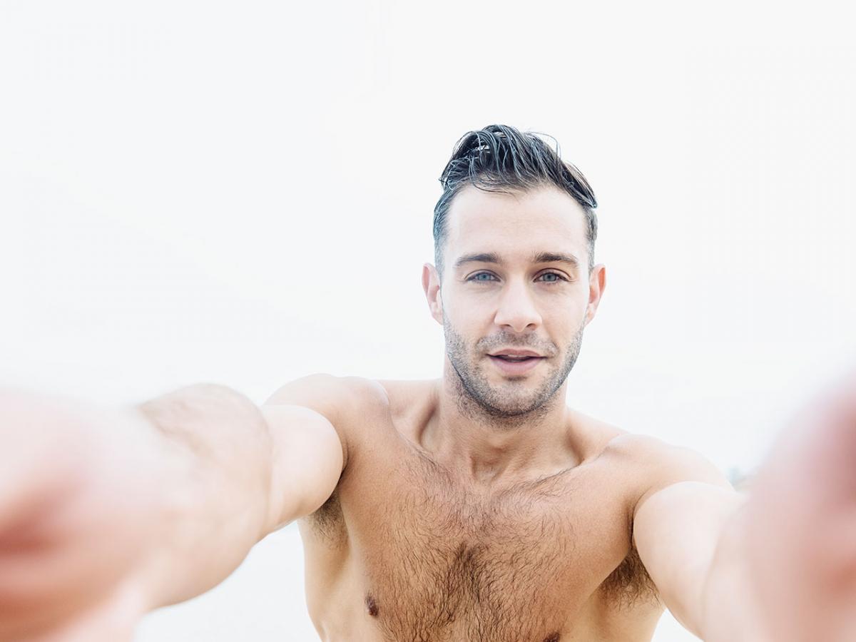 1280-man-selfie-beach.jpg