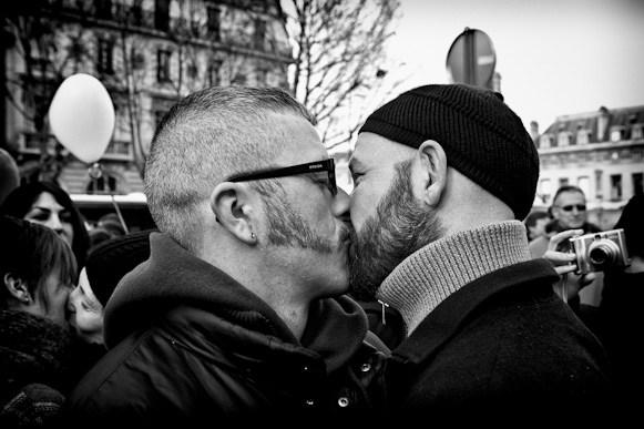 Leo.Novel_.Gay_.Couple.Kissing.jpg