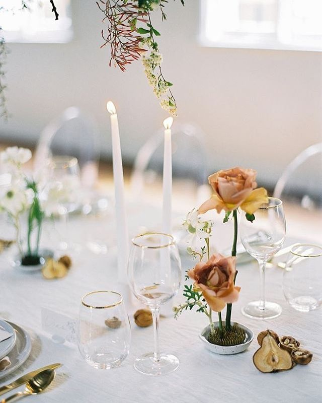 A layering of clear and white details with pops of accent colour - we are really digging the minimalist vibes #repost @stylemepretty 📸 @katiegrantphoto