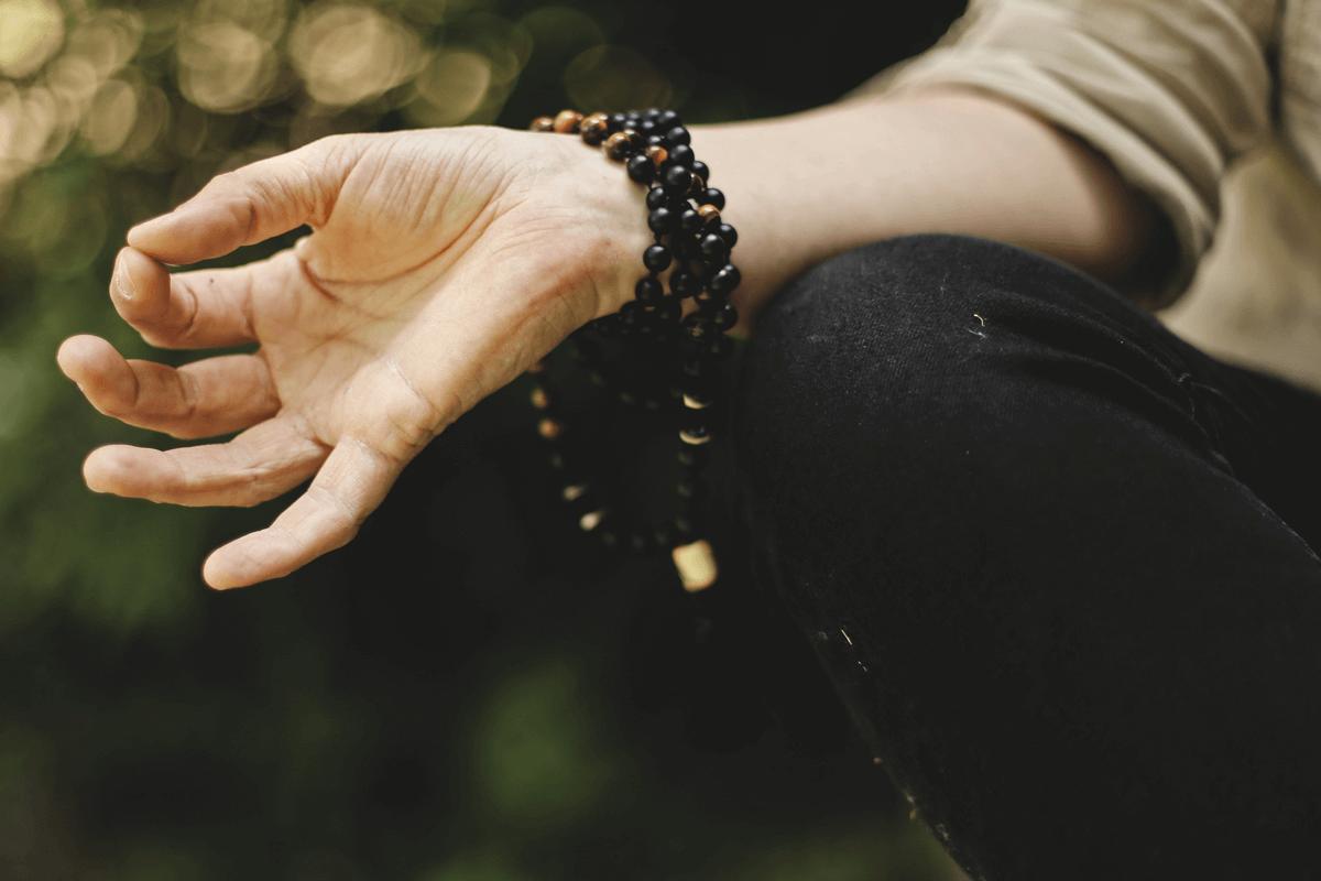 yoga-mudra-mit-mala-am-handgelenk-1200x800.png