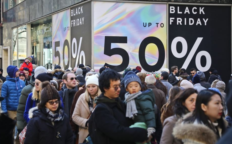 A crowd of shoppers on Black Friday.  Courtesy: VOA News