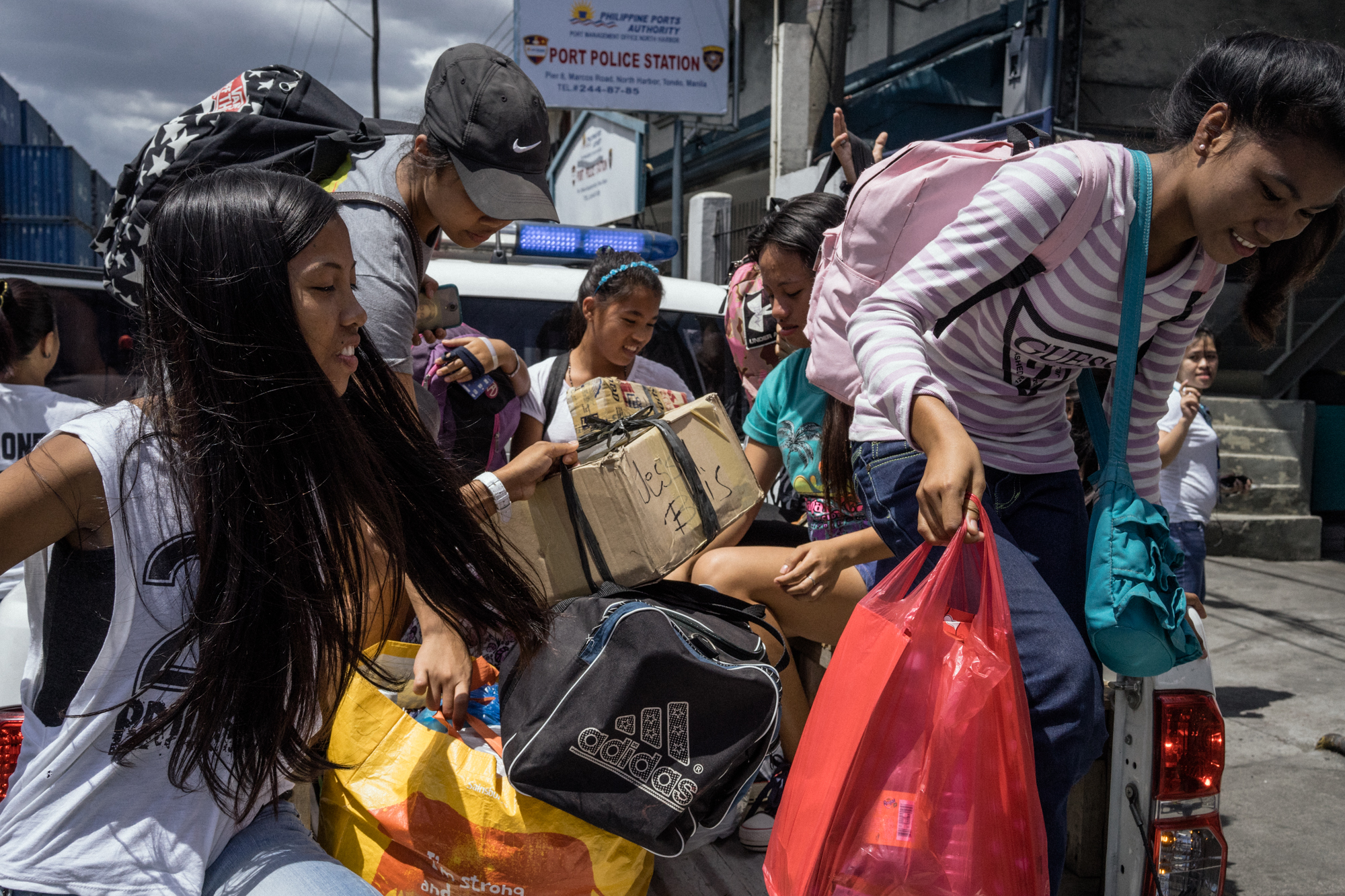 Intercepted minors go to the port police station. In an effort to combat human trafficking, the task force against trafficking takes unaccompanied minors and double checks to see if they exhibit signs of having been trafficked into the city.