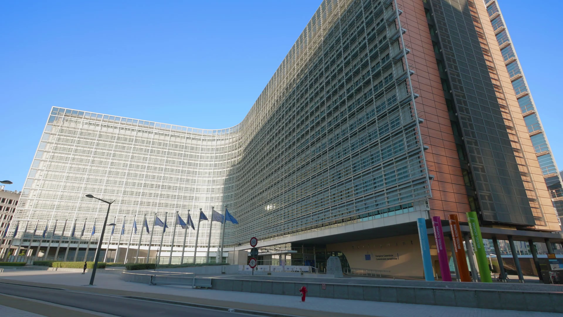 berlaymont-office-building-european-commission-eu-union-flags-waving-brussels-belgium-sunny-day_hg9ptzc5_thumbnail-full01.png
