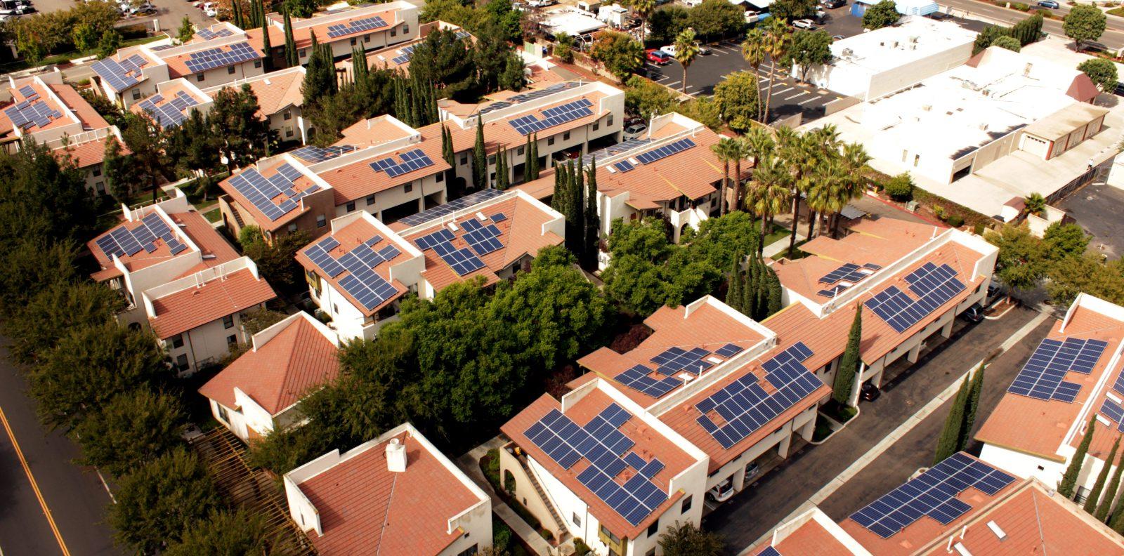 Casas sustentáveis gerando energia através de placas fotovoltaicas instaladas na cobertura.