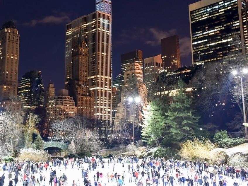 Каток в Центральном Парке - Central Park Ice RinkОткрыт с 22 Октября 2018Очень популярное, романтичное, атмосферное место, среди уходящих в небо небоскребов, в самом сердце Нью-Йорка. Здесь Вас ждут елка, разноцветные мелькающие огоньки, Рождественские песни, декорации и конечно же ощущение сказки и нереальности происходящего. Удовольствие не из дешевых, зато по такому зеркальному идеальному льду можно кататься хоть целый день!