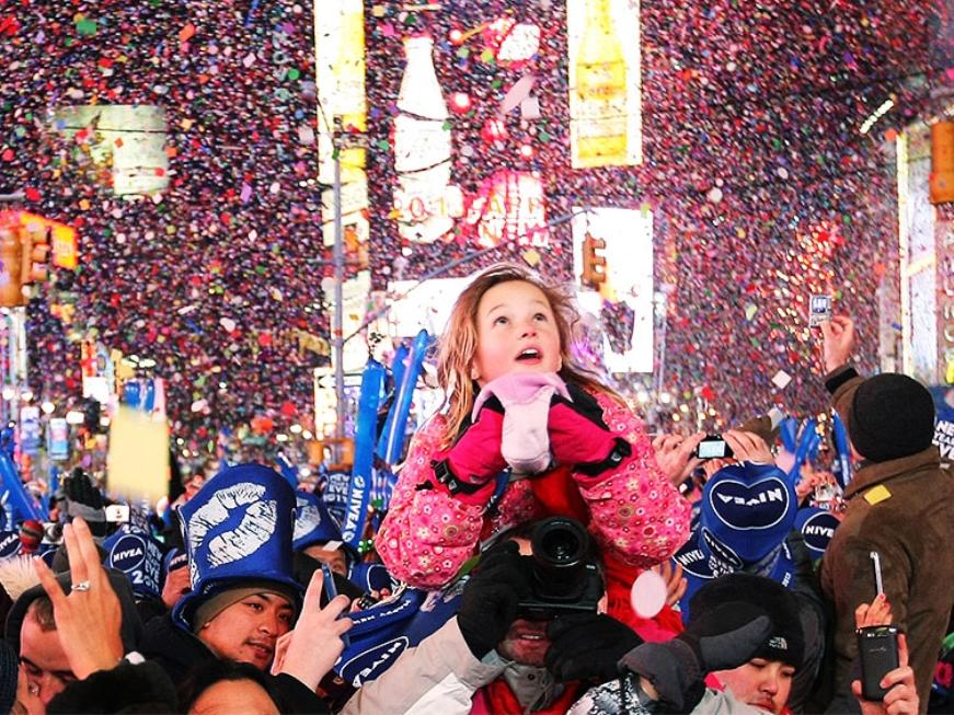 Просмотр падения шара на площади - Если вы не против занять очередь с полудня, то это вариант для вас. Дело в том, что как только площадь заполняется людьми полностью, полиция перестает запускать туристов. Порядка 200 тысяч человек соберется на площади Таймс Сквер 31 декабря. И вы сможете наблюдать падение шара в самом эпицентре торжества.