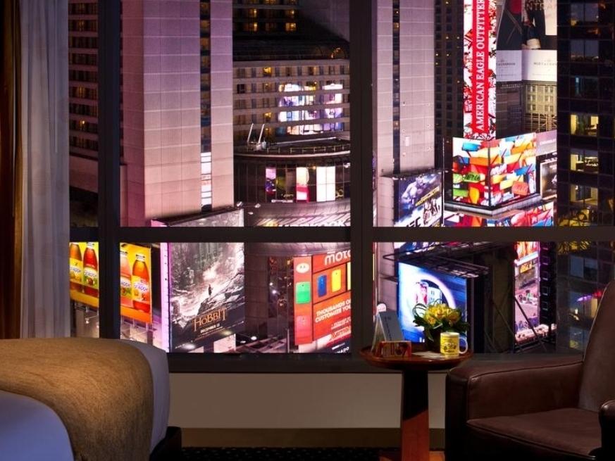 Бронирование номера в отеле с видом на Таймс Сквер - Предпочитаете понаблюдать традиционное торжество на Таймс Сквер из своего комфортабельного номера в отеле? Мы составили список отелей, которые предлагают номера с видом на площадь Таймс Сквер. Бронирование стоит осуществлять заранее в силу ограниченного количества номеров с видом.