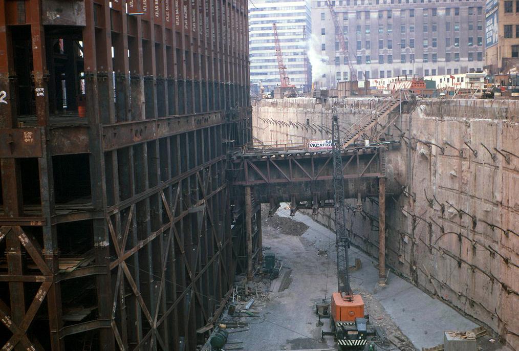 Вид на строительство транспортного узла Всемирного Торгового центра с улицы Liberty Street (1969 год)
