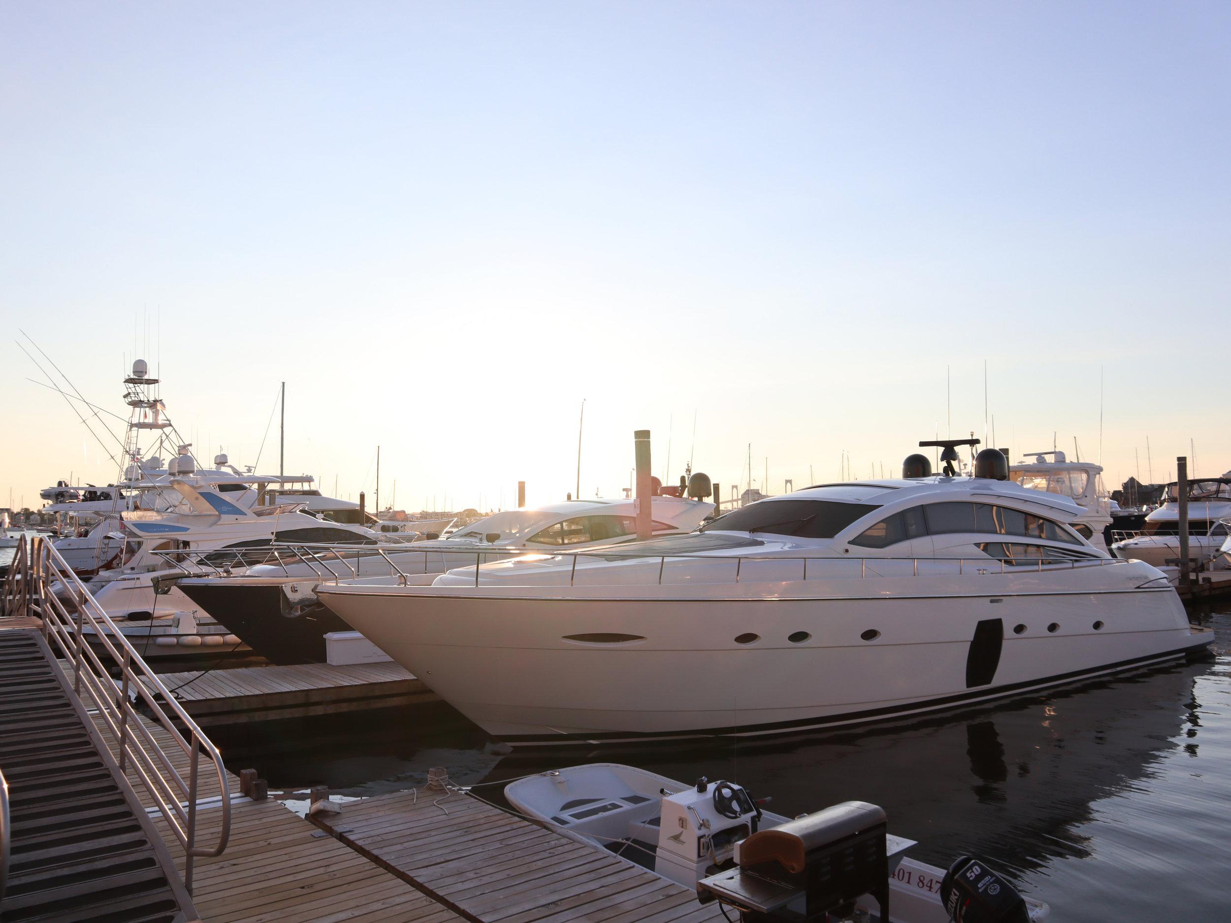 Набережная катера и лодки Ньюпорт Род Айленд.jpg