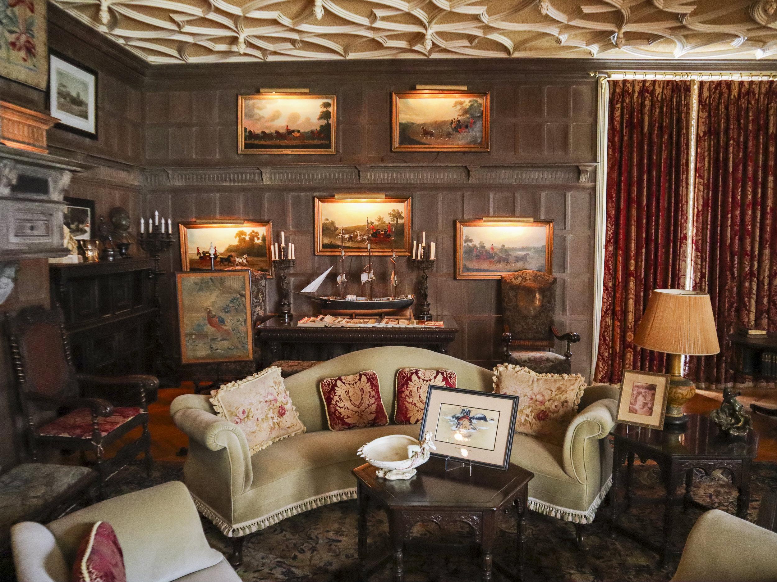 Rose cliff особняк внутри мужская комната.jpg