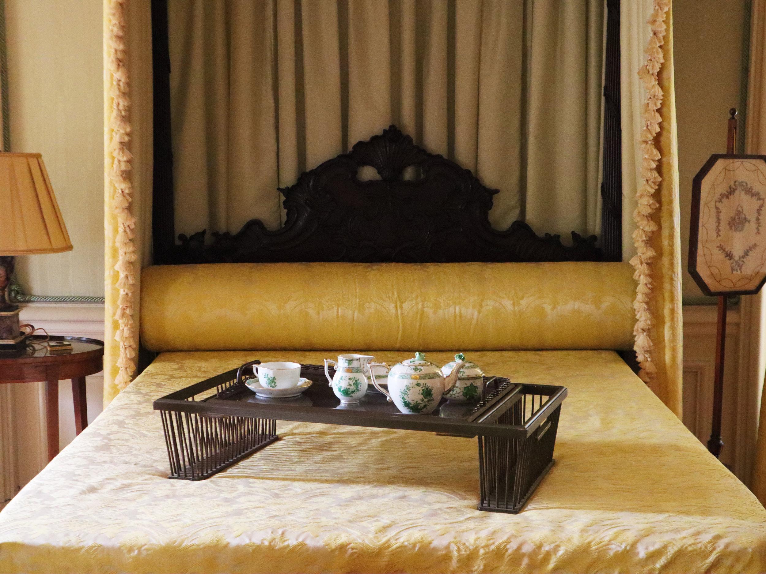 The Elms внутри особняка спальня кровать.jpg