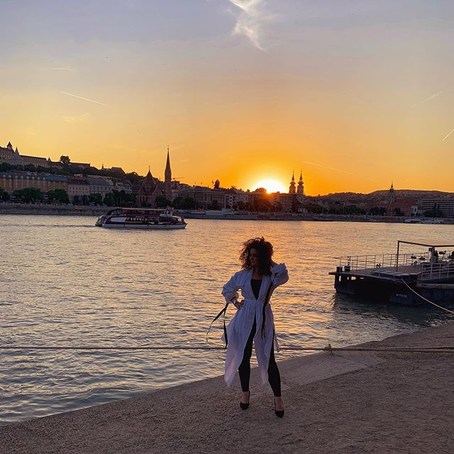 Crazy about this sunset❤️#bestsunset#hellofrom #budapest#lovethiscity#sunset#igershun#instahun#visithungary#danube #alongthedanuberiver #riverside #curly#curlygal#hungariangirl #iphonexr #lightroom#ig_captures #ig_budapest#summer#endofsummer summer