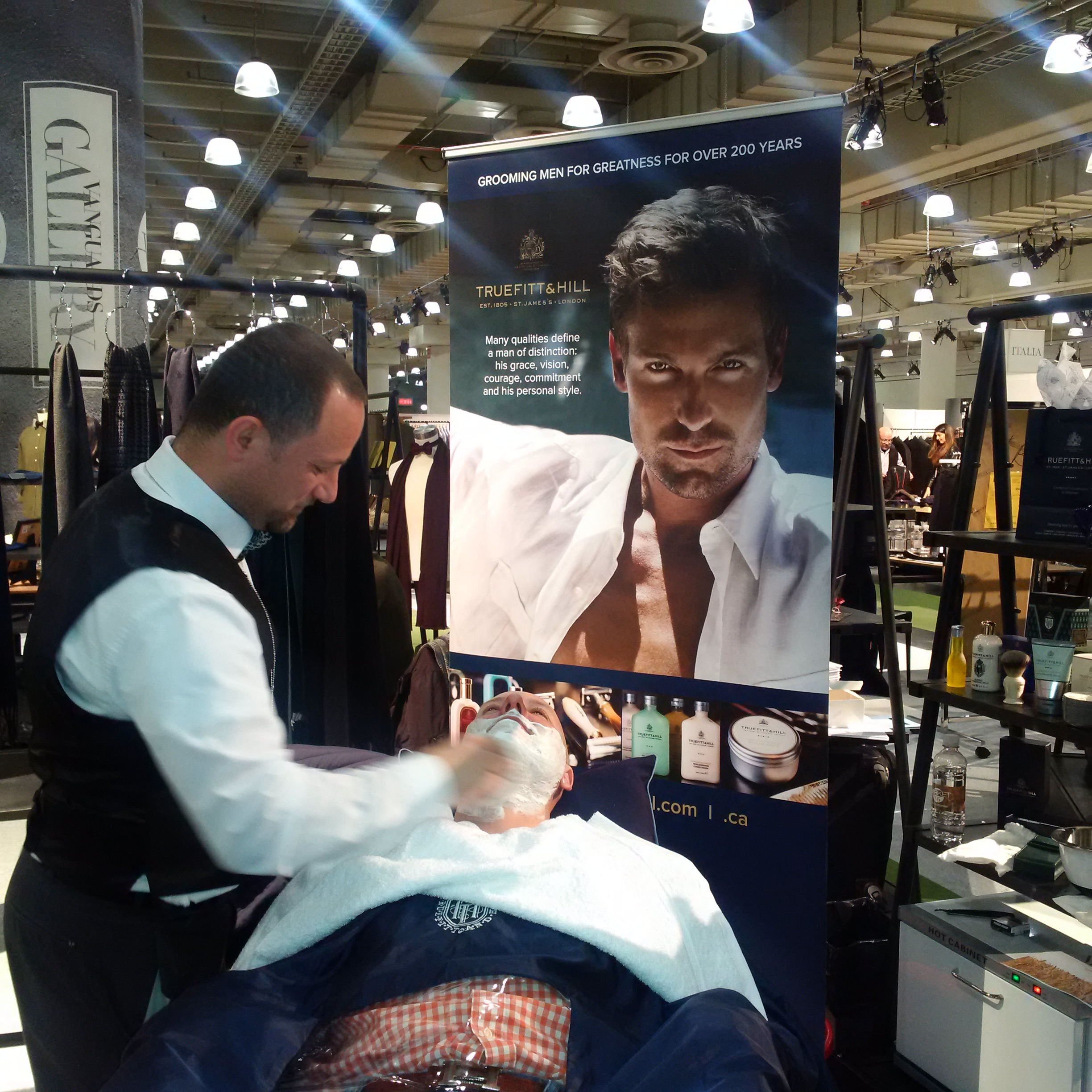 Peter Palushi og Gentleman's Barber Spa Performs the Royal Shave at Javits Center