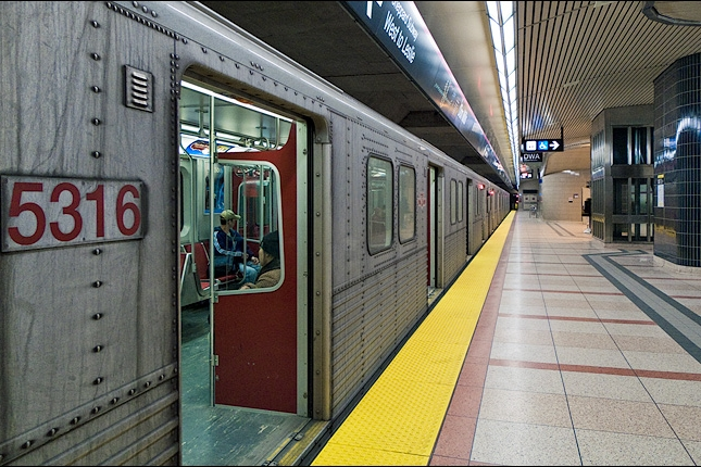 subway_5316_train_sheppard-station_01.jpg