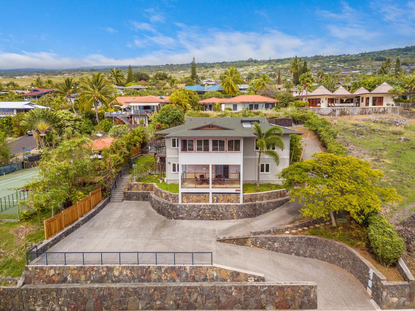 Komohana Kai 2 |   $859,900 | 4BR / 3 BA | 2,916 interior | 15,002 sq. ft. land |    MLS #627605