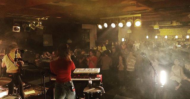 Rauch und Schweiß gestern im @mezzanine_club, yiiihhaa ! 🔥Heute geht's weiter nach Linz zum gemütlichsten Wohnzimmerkonzert. 📷 @appamada_