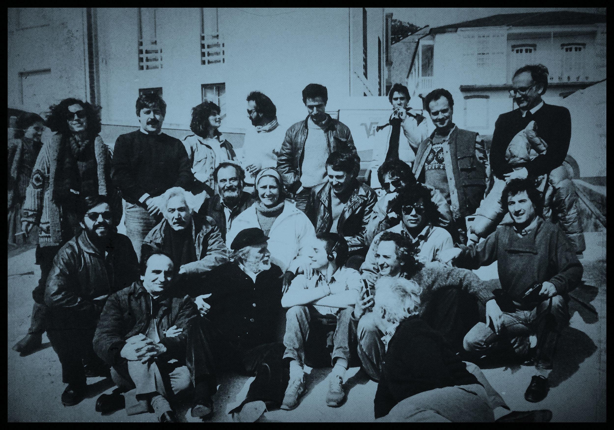 1985, rodaje de La vieja música. A la izquierda, arrodillado y con gafas de sol, Félix Tusell Gómez, y detrás de él, Mercedes Sánchez Rau. En la foto también aparecen el director de la película, Mario Camus (de pie a la derecha) y los actores Paco Rabal y Federico Luppi.