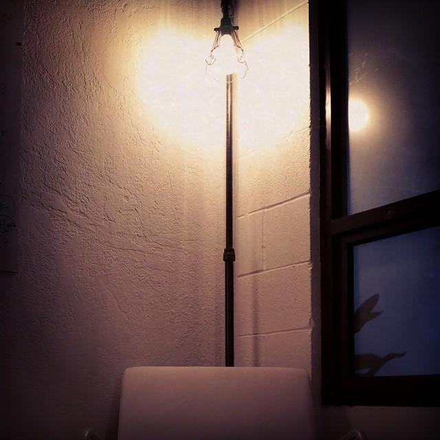 Thinking chair under the edison lamp. 🐷 🐷 🐷 🐷 🐷 🐷 🐷 🐷 🐷 🐷 🐷 🐷 🐷 🐷 🐷 🐷 #tiresniffer #startupofficedesign #chair #edisonlamp