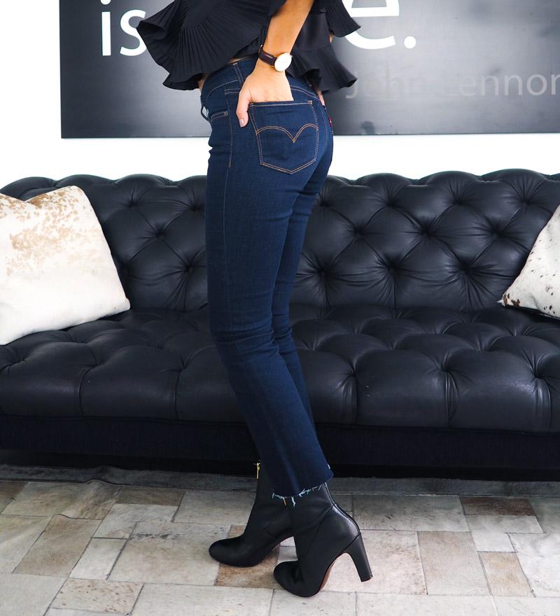 Para estar con los looks de la moda deshilacha tus jeans Levis