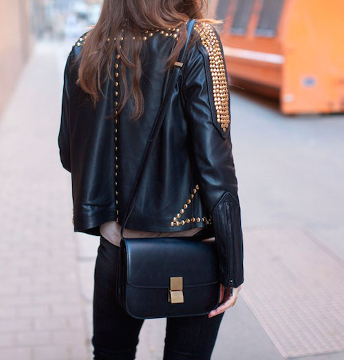 Un look con chaqueta de cuero negra siempre estará en las tendencias