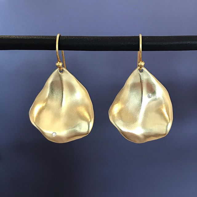 Just finished the newest member of my rose family... Falling Rose Petal Earrings in 18kt gold with diamonds.  A more petite version of my popular first rose petals. . . . #rosepetal #rose #gold #diamonds #earrings #dianedorseydesigns #randdlosolivos #handmade #makers #artisanjewelry #finejewelry #losolivosmakers