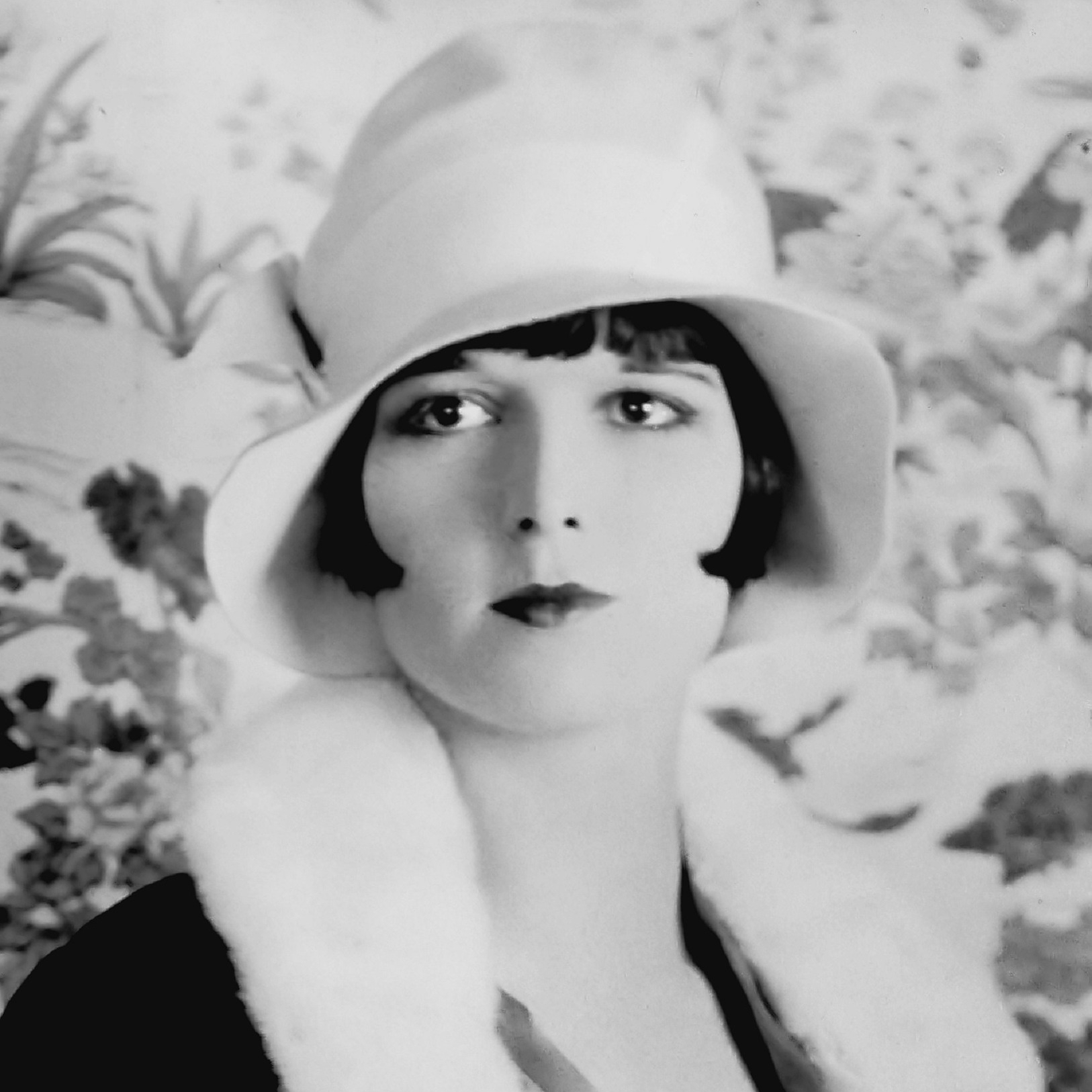 Louise Brooks with the popular straight bob