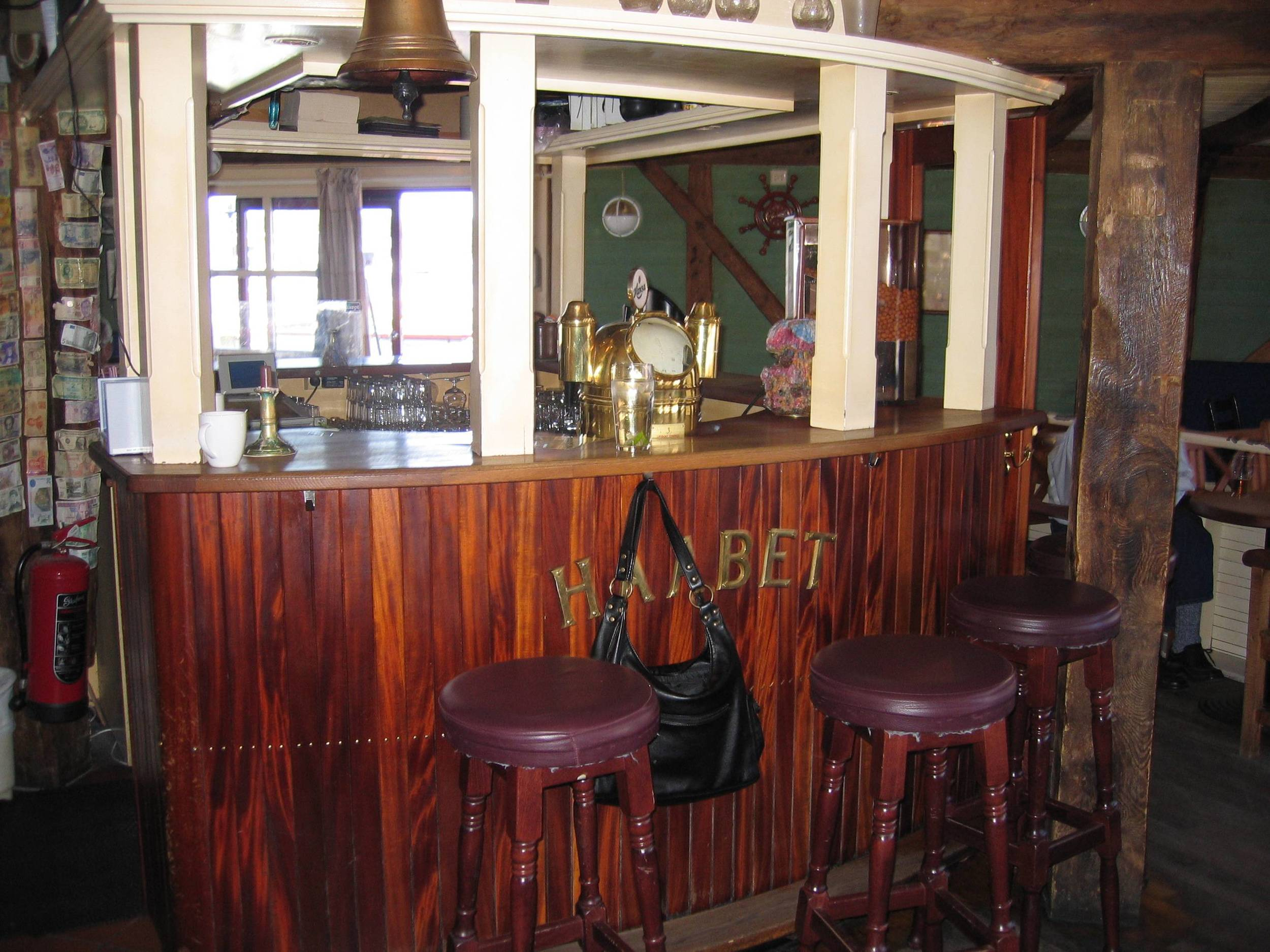 hjornevikbua pub.jpg