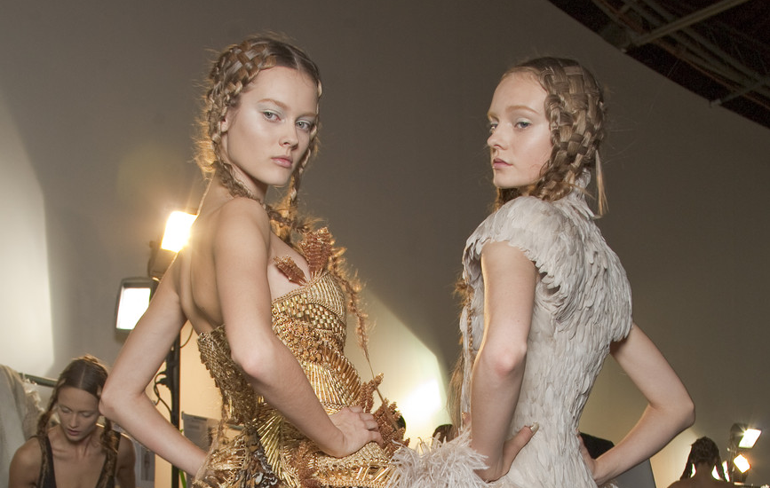 dixias :     Jac and Nimue Smit backstage at Alexander McQueen Spring 2011