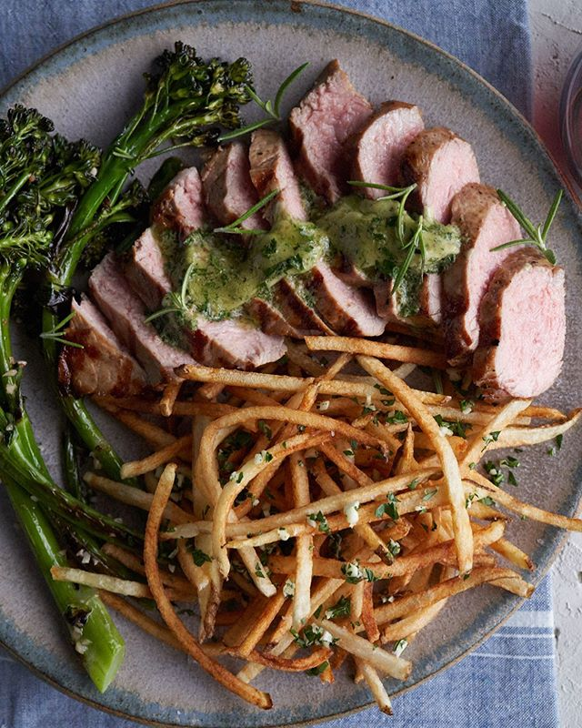 We're always looking at delicious food. 😋⠀⠀ Food styling by: @kimcookin ⠀⠀ .⠀⠀ .⠀⠀ .⠀⠀ #lamb #dinner #fries #Spoonfeed #foodlover #buzzfeast #feedfeed #zagat #foodphotographer #foodie #tastethisnext #foodphoto #tasty #delish #onthetable #photostudio #eeeeeats #delicious #foodgasm #nomnom  #huffposttaste #foodgawker #shoestring