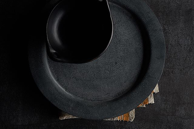 Props make the world go round. 🍽⠀⠀ .⠀⠀ .⠀⠀ .⠀⠀ #black #dark #props #plate #tabletop #onset #foodphotography #bowl #napkin #stone #design #minimalism